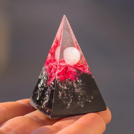 Kristal roževec, piramida, orgonit