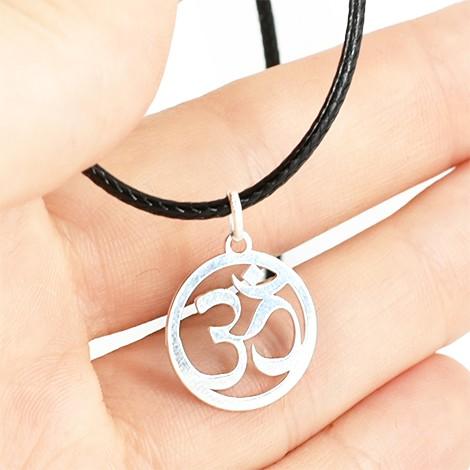 srebrna verižica, simbol om
