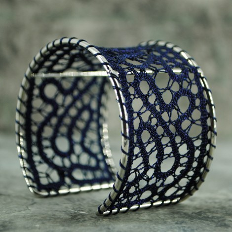 zapestnica klekljana čipka temno modra nakit iz čipke